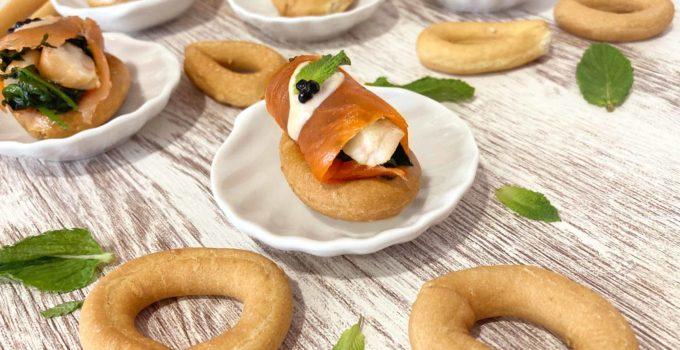 Rollitos de salmón con langostinos y espinacas sobre rosquillas