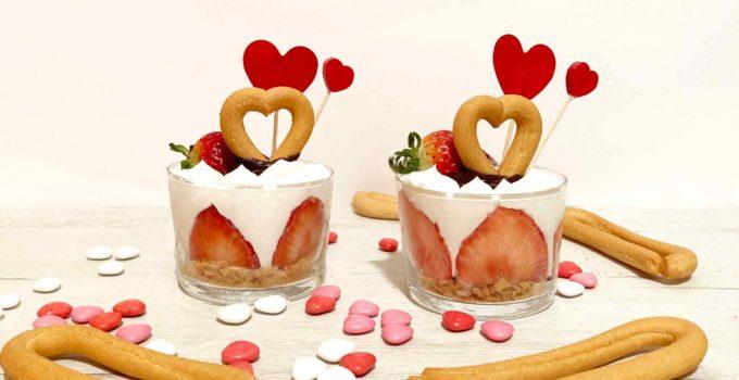 Vasitos de fresas con rosquillas de corazón