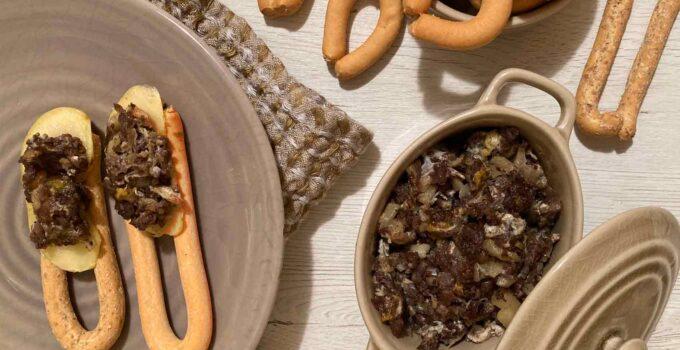 Revuelto de morcilla con manzana y rosquillas